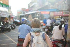 tourist mit rucksack in stadt